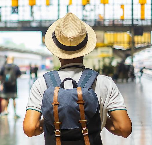 Мъь в гръб с раница на гърба на спирка за влакове